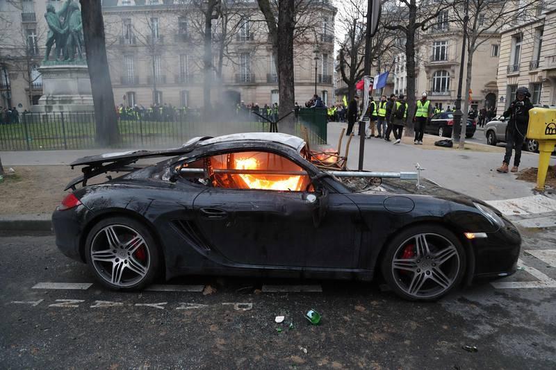 Un coche ardiendo en una calle en París