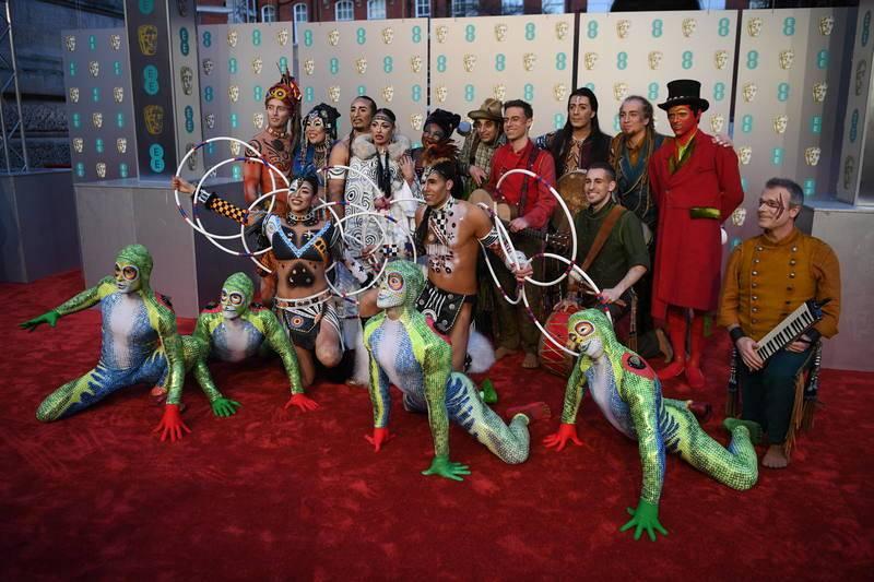 El equipo del Circo del Sol posando a su llegada a la ceremonia de entrega de los Bafta en el Royal Albert Hall en Londres