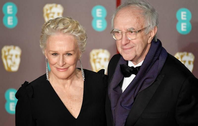 Glenn Close, nominada en la categoría de mejor Actriz Principal por 'La buena esposa', posa en la alfombra roja con Jonathan Pryce, coprotagonista de la película.