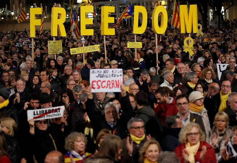 Un grupo de manifestantes forma la palabra 'Freedom' (libertad en inglés) en la protesta contra el juicio del 'procés' en plaza Catalunya.