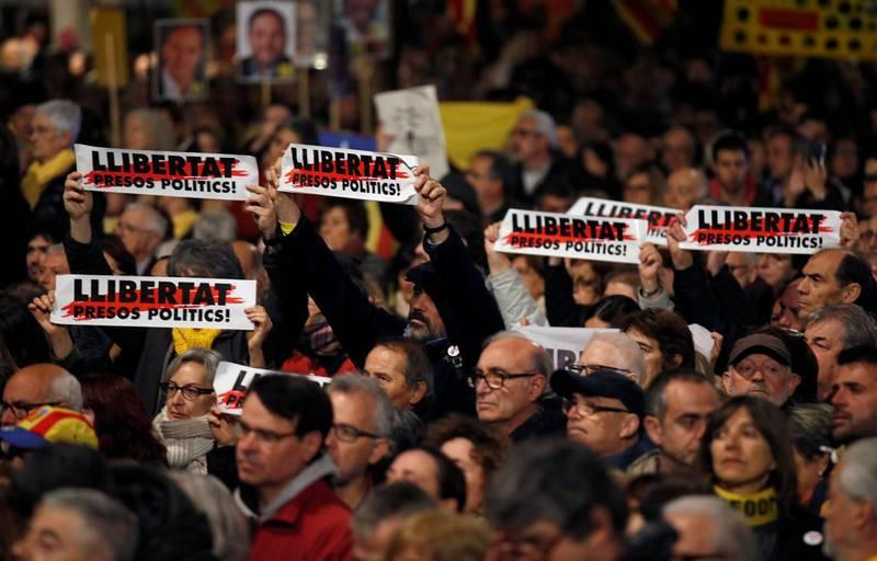 """Carteles con el lema """"Libertad presos políticos"""" que han podidio verse en la manifestación en Cataluña por el juicio del 'procés' en el Tribunal Supremo."""
