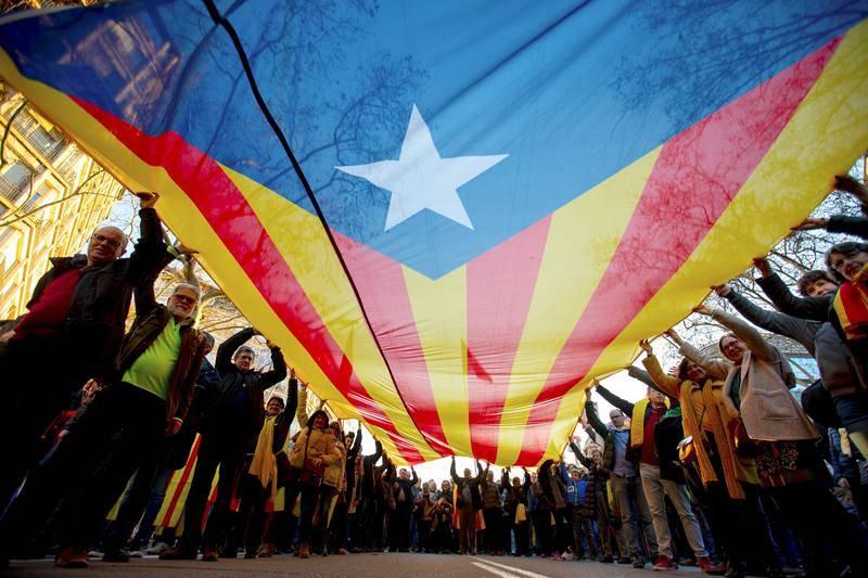 Varios manifestantes portan una gran estelada durante la movilización celebrada en el centro de Barcelona para protestar contra el juicio del 'procés'