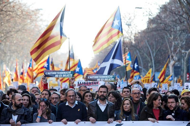 El presidente de la Generalitat, Quim Torra, junto al presidente del Parlament, Roger Torrent, en la cabecera de la manifestación