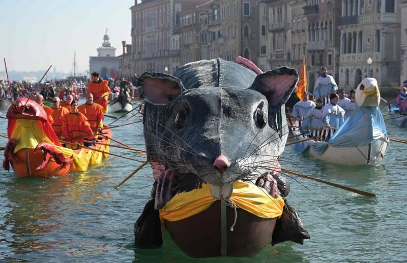 Los botes ricamente ornamentados se abren paso por el Gran Canal