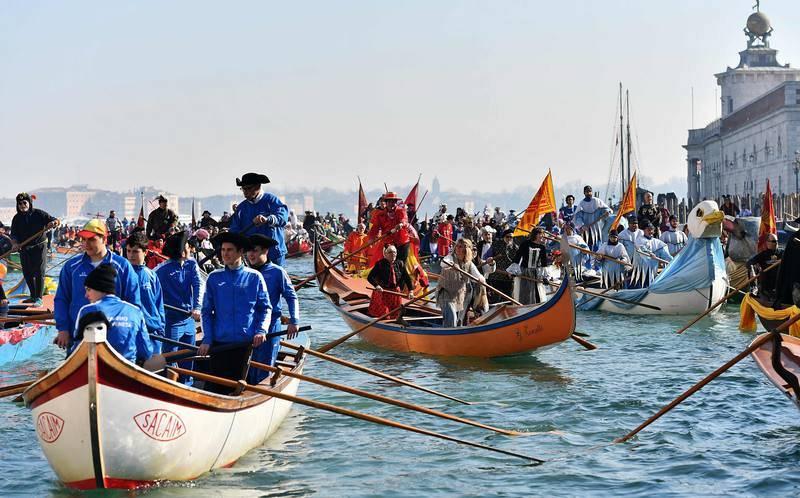 Los botes se preparan para iniciar la regata de Carnaval