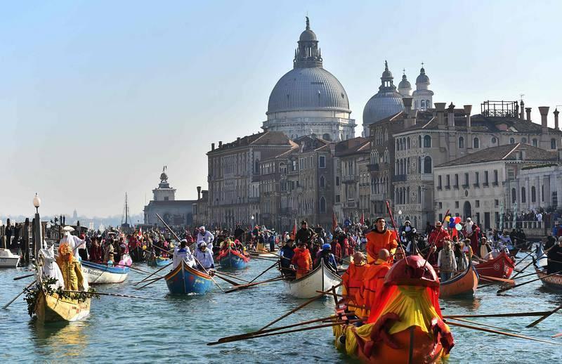 Los botes navegan el Gran Canal y dejan atrás la Basílica de Santa María de la Salud