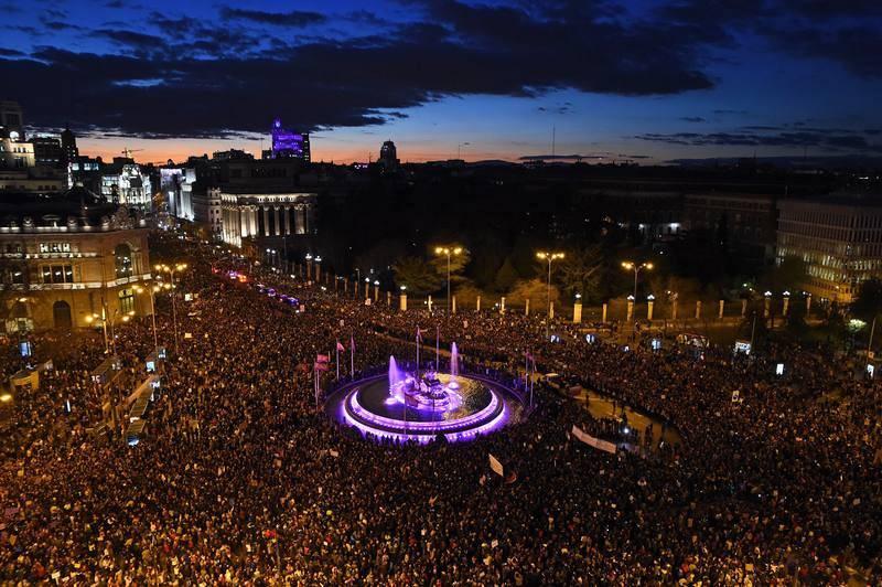 Vista general de la marcha feminista celebrada este viernes en Madrid, con motivo del Día Internacional de la Mujer, para reclamar una igualdad real entre hombres y mujeres y denunciar las violencias machistas.