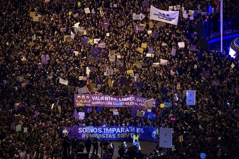Vista general tomada desde la azotea del Círculo de Bellas Artes de la marcha feminista celebrada este viernes en Madrid, con motivo del Día Internacional de la Mujer, para reclamar una igualdad real entre hombres y mujeres y denunciar las violencias