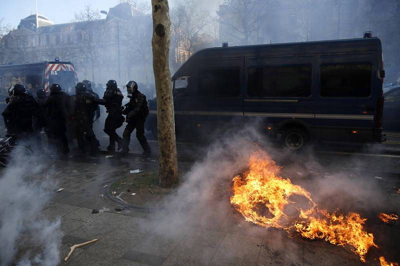 Policías antidisturbios en los Campos Elíseos