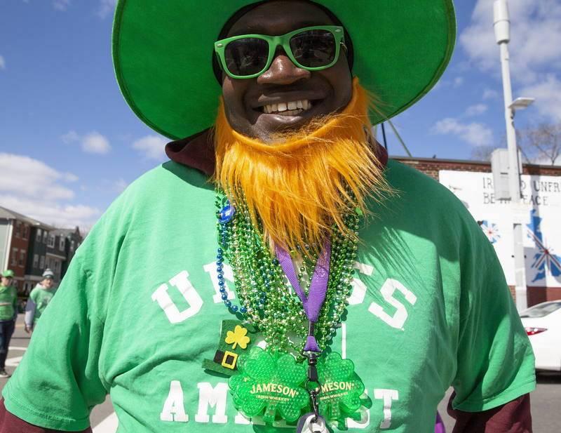 Un hombre vestido de verde se prepara para asistir al desfile de San Patricio en Boston, EE.UU.