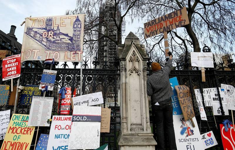 Un partidario de permanecer en la UE deja una pancarta a las puertas del Parlamento