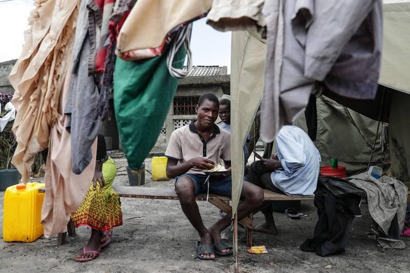 Un hombre comiendo en un campamento en Tica, en la provincia de Sofala, en el centro de Mozambique