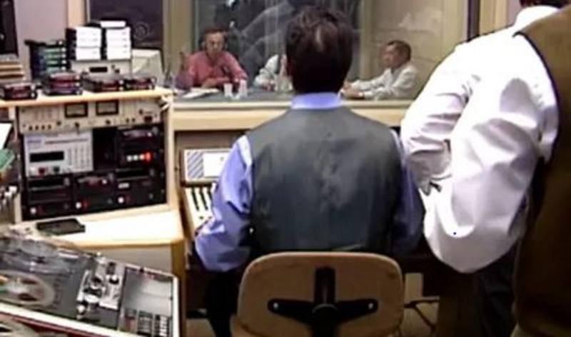 Fotografía de la primera emisión de Radio 5. Guillermo Orduna conducía el boletín y el técnico era José Enrique Martín.