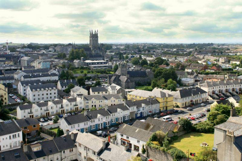 Panorámica de Kilkenny con la catedral de Santa María al fondo.