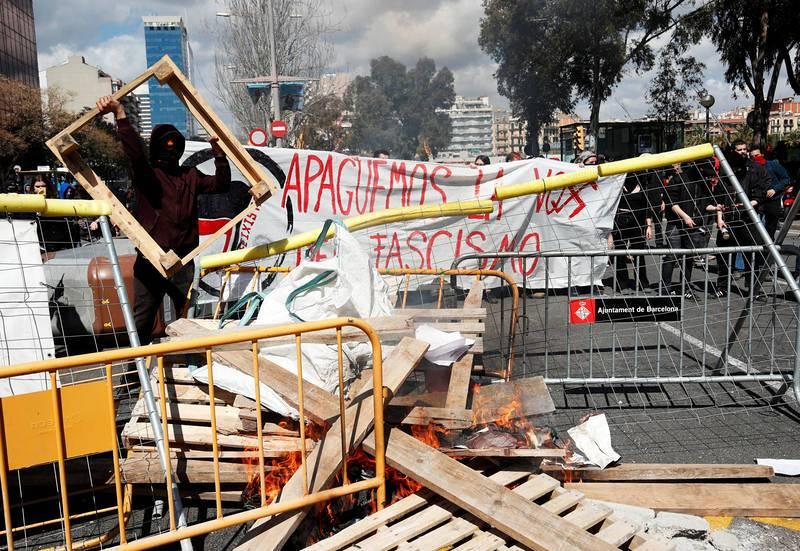 Un grupo de independentistas construye una barricada