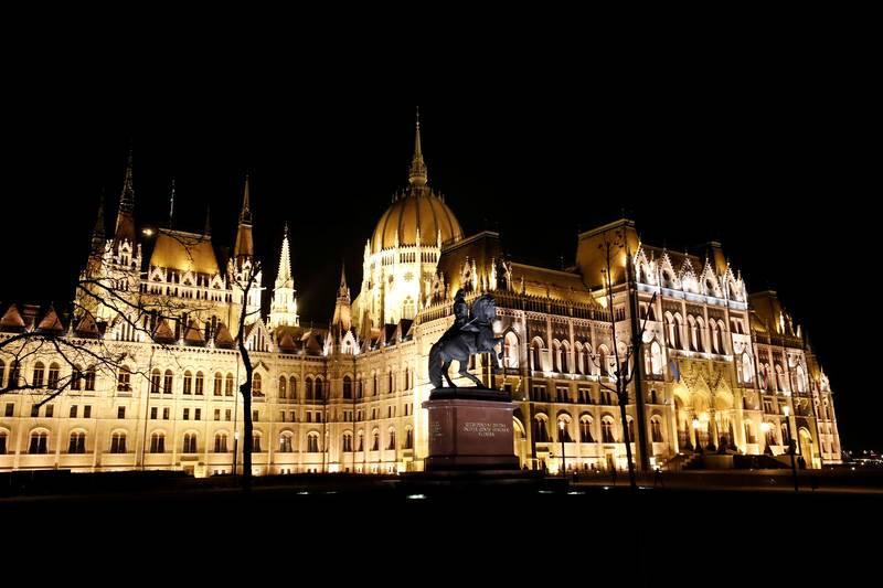El Parlamento húngaro con las luces encendidas