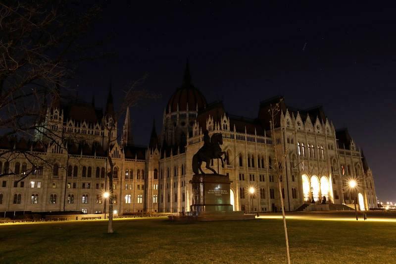 El Parlamento húngaro con las luces apagadas