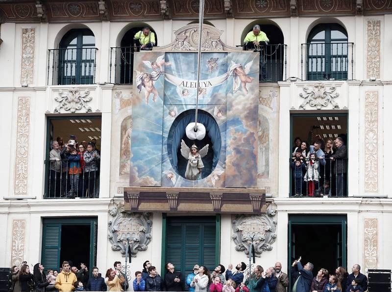 La niña Daniella Garro ha protagonizado una multitudinaria Bajada del Ángel,que cierra la Semana Santa en Tudela,ante una plaza de los Fueros abarrotada para presenciar este acto declarado Fiesta de Interés Turístico Nacional