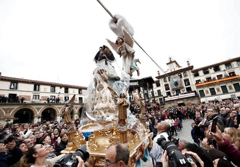 La niña Daniella Garro ha protagonizado una multitudinaria Bajada del Ángel, que cierra la Semana Santa en Tudela