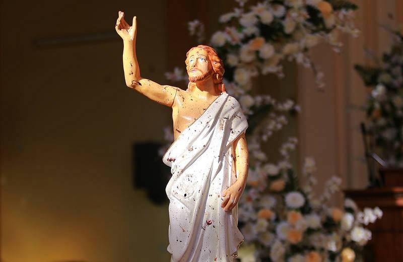 Una escultura de Jesucristo salpicada con la sangre de las víctimas del atentado en la iglesia de Negombo