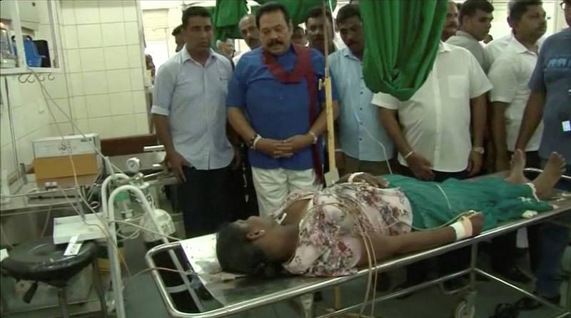El expresidente y actual líder del partido opositor,Mahinda Rajapaksa, visita a los heridos en un hospital en Negombo