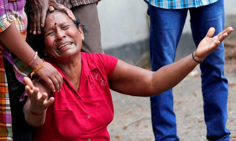 Un familiar de una víctima de la explosión en el Santuario de San Antonio en Colombo