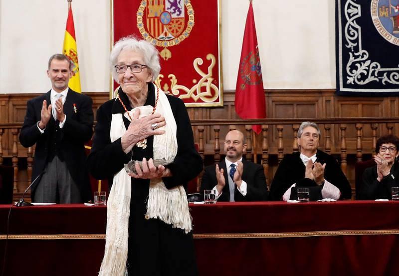 Ida Vitale tras recibir el Cervantes en el Paraninfo de la Universidad de Alcalá de Henares.