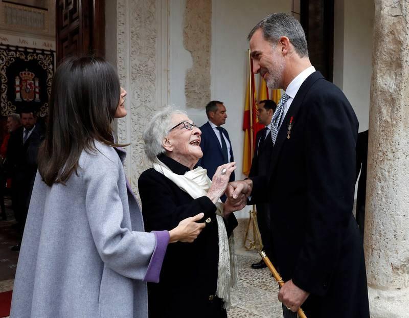 Los reyes conversan con la poeta uruguaya Ida Vitale a su llegada a la Universidad de Alcalá de Henares.