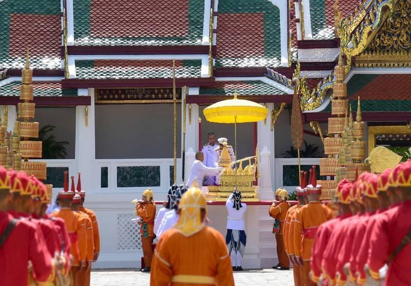 La guardia real tailandesa participa en la transferencia de la Placa Real Dorada del título oficial del rey, la Placa Real Dorada con el horóscopo del monarca y el Sello de Estado Real del templo del Buda Esmeralda al salón del trono.