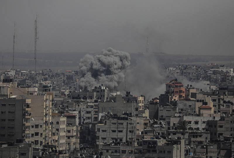 Una columna de humo se levanta en Gaza trasel impacto de un proyectil de la aviación israelí
