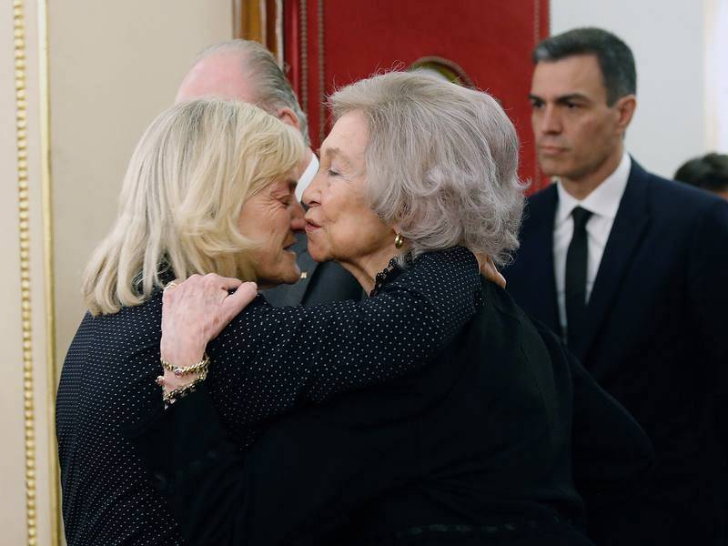 La reina emérita Sofía abraza a la viuda de Rubalcaba