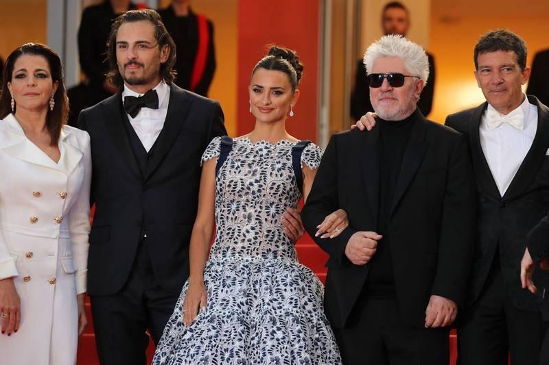 Nora Navas, Asier Etxeandia, Penélope Cruz, Antonio Banderas y Pedro Almodóvar posan para la proyección de la película.