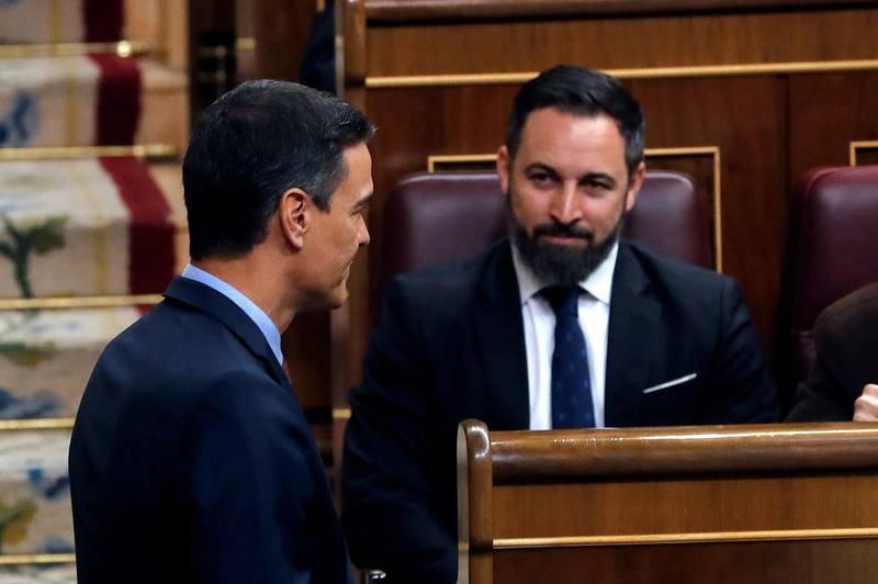 El presidente del Gobierno en funciones, Pedro Sánchez, se ha sentado delantedel líder de Vox, Santiago Abascal durante la sesión constitutiva de las Cortes.