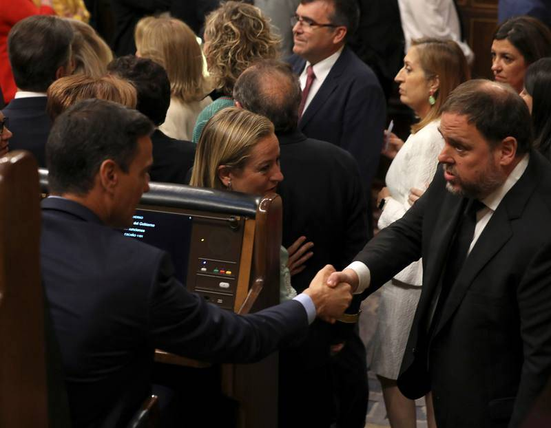 El presidente del Gobierno en funciones, Pedro Sánchez, saluda al diputado electo en prisión preventiva de ERC Oriol Junqueras