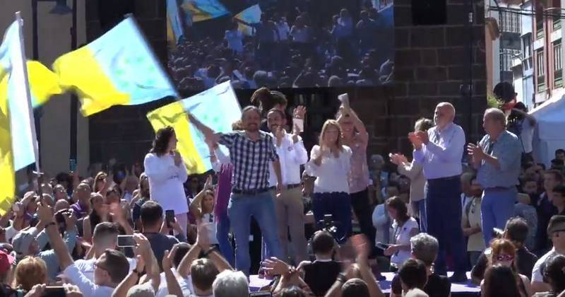 Iglesias ondea la badera independentista canaria