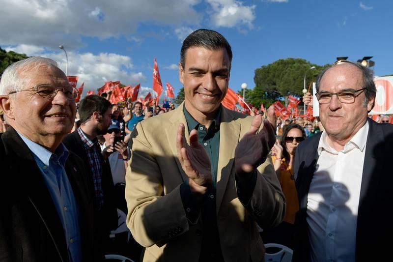 El presidente del Gobierno en funciones,Pedro Sánchez, flanqueado por el candidato del PSOEal Parlamento Europeo Josep Borrell y el candidato a la Comunidad de Madrid,Ángel Gabilondo