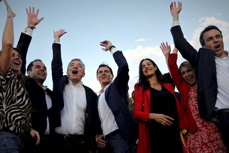 Los distintos candidatos de Ciudadanos acompañados por el presidente de la formación naranja, Alberto Rivera, durante el acto de cierre de campaña que han celebrado en el parque Alfredo Kraus en Madrid