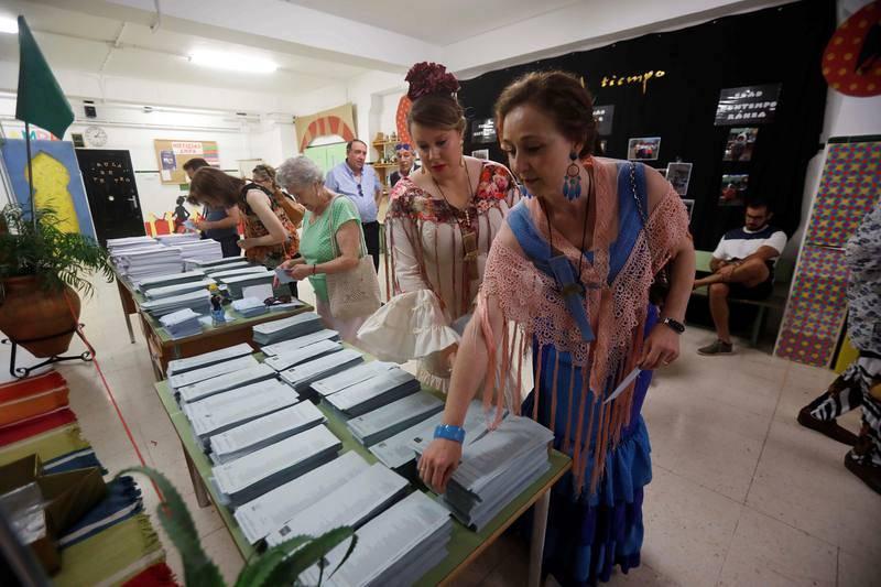 Dos mujeres con traje de flamencan votan este 26M en Córdoba