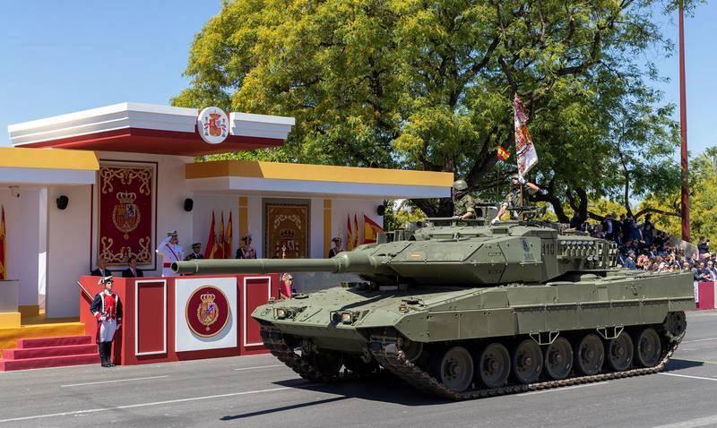 Los reyes Felipe y Letizia presiden en Sevilla el desfile del Día de las Fuerzas Armadas