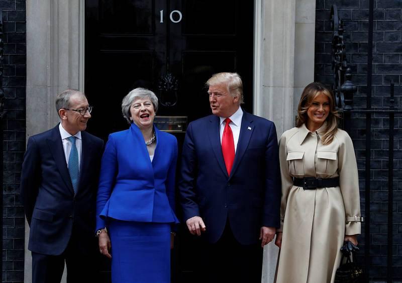 Theresa May se ríe conversando con Trump a la entrada de Downing Street
