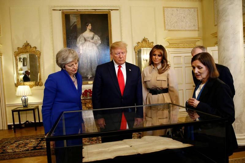 Trump y su esposa observan algunos objetos en Downing Street