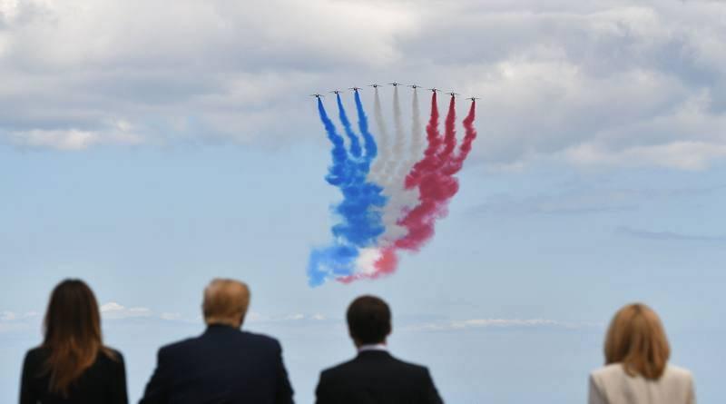 Una patrulla área dibuna la bandera de Francia como parte de los actos en conmemoración del 75 aniversario del desembarco de Normandía.