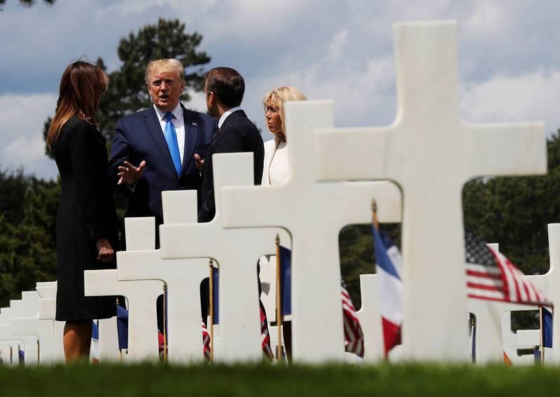 Los presidentes de EE.UU. y Francia y sus esposas,Melania Trump y Brigitte Macron, charlan en el cementerio americano de Normandía.