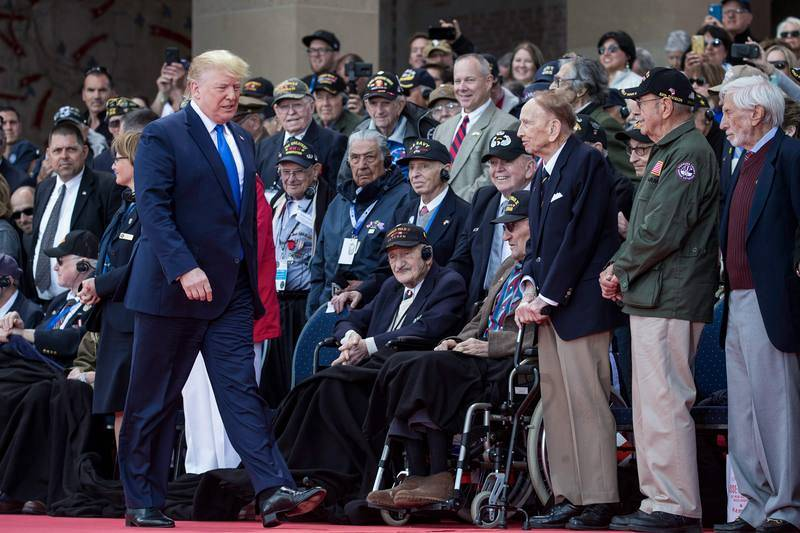 El presidente Dondald Trump a su llegada a la ceremonia realizada en el Cementerio Americano de Normandía, en Colleville-sur-Men.