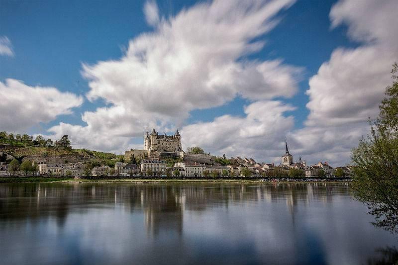 El río Loira con Saumur en su orilla derecha.