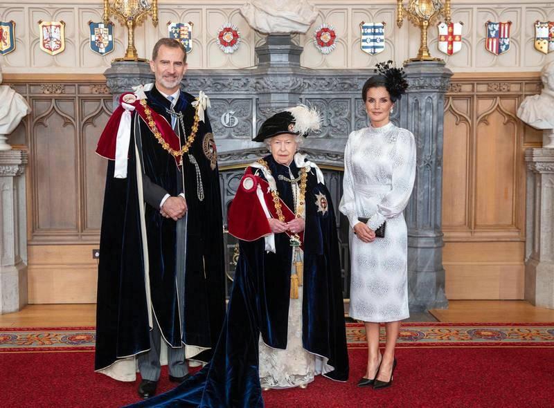La reina Isabel II le ha impuesto al Rey la Orden de la Jarretera, máxima distinciónde la corona británica.