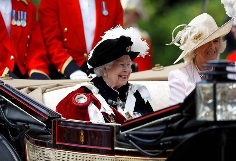 La reina Isabel II de Inglaterra,como ya hiciera el pasado año, se desplazó en coche detrás del cortejo, en lugar de hacerlo a pie, como el resto de caballeros y damas.