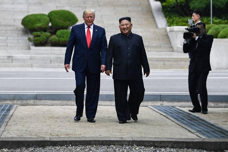 Trump y Kim caminan por la Zona Desmilitarizada que divide a las dos Coreas