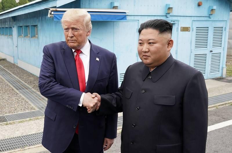 Saludo entre Donald Trump y Kim Jong-un en la Zona Desmilitarizada entre las dos Coreas