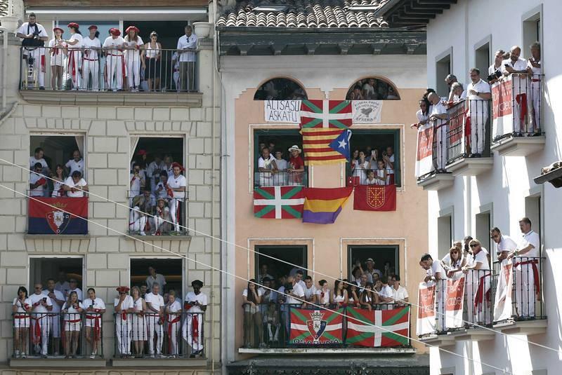 La gente abarrota los balcones dela plaza del Ayuntamiento de Pamplona